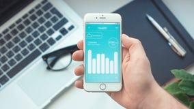 Het controleren van voeding controle op gezondheid app op smartphone stock video
