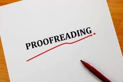 Het corrigeren woord op wit blad met rode pen Stock Foto