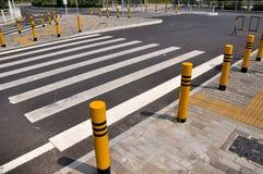Het corssing van de weg en gestreepte lijn Stock Foto's