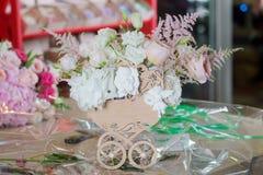 Het creëren van bruids bloemsamenstelling royalty-vrije stock afbeeldingen