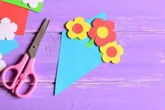 Het creëren van document ambachten voor moeder` s dag of verjaardag stap instructie Document boeketgift voor mamma, schaar op een stock fotografie