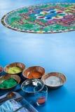 Het creëren van een Boeddhistische zandmandala. Stock Fotografie