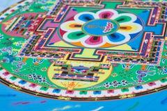 Het creëren van een Boeddhistische zandmandala. Stock Afbeeldingen