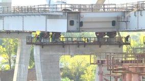 Het creëren van een brug over de rivier stock videobeelden