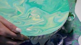 Het creëren van het groene schilderen op een rond canvas stock video