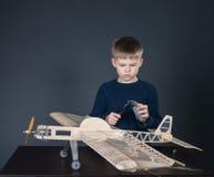Het creëren van het modelvliegtuig. Het meten van dikte Royalty-vrije Stock Afbeeldingen