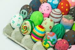 Het creëren van kunst op eieren voor Pasen Royalty-vrije Stock Foto