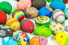 Het creëren van kunst op eieren voor Pasen Stock Foto
