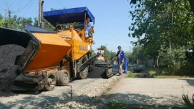 Het creëren van nieuwe een weg-asfalt oppervlakte stock video