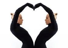 Het creatieve concept, hart, symbool van liefde, fromed door twee vrouwelijke organismen die elkaar weerspiegelen Stock Afbeeldingen