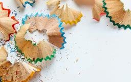 Het creatieve kader maakte van de spaanders a van het kleurenpotlood op een Witboek Stock Foto