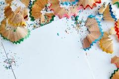 Het creatieve kader maakte van de spaanders a van het kleurenpotlood op een Witboek Stock Afbeeldingen
