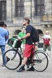 Het creatieve kijken jonge mens in Amsterdam Stock Foto's