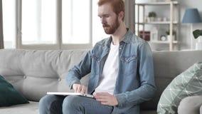 Het creatieve Komende Bureau van de Baardmens en het Openen Laptop op het Werk stock video