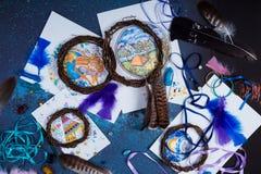 Het creatieve milieu een persoon is bezig geweest met handwerkdreamcatchers Stock Afbeelding