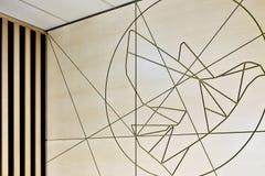 Het creatieve ontwerp die van de muurkunst in reliëf gemaakte lijnen gebruiken stock foto