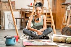 Het creatieve student schilderen bij de universiteit royalty-vrije stock foto's