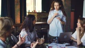 Het creatieve team van jonge beroeps ontwikkelt het werk strategie tijdens commerciële vergadering in bureau De mannen en de vrou stock video