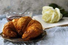 Het croissant en wit nam toe Royalty-vrije Stock Afbeelding