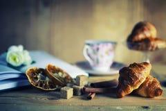 Het croissantboek van de theekop Royalty-vrije Stock Fotografie