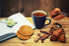 Het croissantboek van de theekop Royalty-vrije Stock Foto