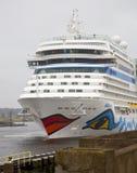 Het cruiseschip AIDA komt bij slot in IJmuiden aan Stock Afbeelding
