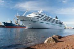 Het cruiseschip Amadea drijft op het overzeese kanaal in St. Petersburg Stock Fotografie