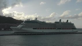 Het cruiseschip komt in St Martin aan stock video