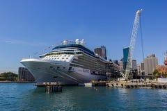 Het cruiseschip Koningin Victoria van de vloot van het cunardschip dokte in Sydney Harbour op een mooie Blauwe Dag, Australië stock afbeeldingen