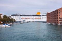 Het cruiseschip kruist het Giudecca-Kanaal royalty-vrije stock afbeelding