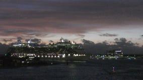 Het cruiseschip kwam in haven in vroege ochtend aan stock video