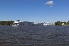 Het cruiseschip Maxim Litvinov gaat overeenstemmend Sheksna-rivier dichtbij de haven in het dorp van Goritsy, Kirillov-district V Royalty-vrije Stock Foto