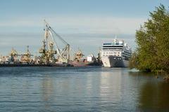 Het cruiseschip Nautica drijft op het overzeese kanaal in St. Petersburg Stock Afbeeldingen