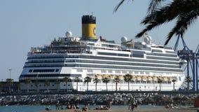 Het cruiseschip ongeveer om weg te gaan dokte in de haven met mensen op strand stock videobeelden