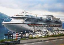 Het cruiseschip wacht op passagiers in Whittier in Alaska Royalty-vrije Stock Afbeeldingen