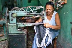 Het Cubaanse Naaien van de Vrouw Stock Foto's