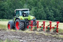 Het cultiveren van de tractor stock afbeelding