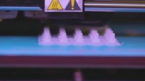 het 3D printer werken 3D printer die een voorwerp van plastiek drukken De automatische driedimensionele 3d printer voert plastiek stock videobeelden