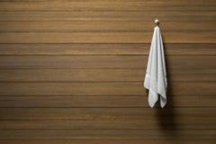 het 3D teruggeven: de illustratie van een stuk van het schone en witte handdoek hangen op een houten muur, een licht en een schad Royalty-vrije Stock Foto's
