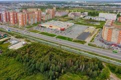 het 3d teruggeven op blauwe hemelachtergrond Binnenland van een winkelcomplex Tyumen Royalty-vrije Stock Afbeelding