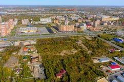 het 3d teruggeven op blauwe hemelachtergrond Binnenland van een winkelcomplex Tyumen Stock Foto
