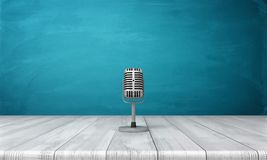 het 3d teruggeven van één enkele die metaal retro microfoon op zijn korte tribune over een houten bureau wordt geplaatst Stock Foto
