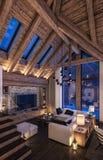 het 3D teruggeven van avondwoonkamer van chalet Stock Afbeelding