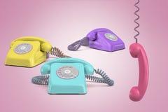 het 3d teruggeven van drie telefoons, purple, geel en turquois, op een roze achtergrond met een roze ontvanger die op zijn hangen vector illustratie