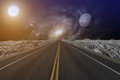 het 3D teruggeven van een eindeloze weg die einden in een nevelhemel met maan en zon royalty-vrije illustratie