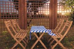 het 3d teruggeven van houten meubilair met tafelkleed in Beiers col. Stock Afbeeldingen
