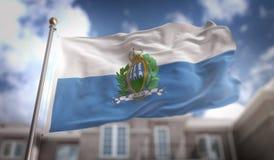 Het 3D Teruggeven van San Marino Flag op Blauwe Hemel de Bouwachtergrond Stock Afbeelding