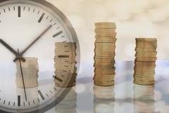 het 3D teruggeven van stapels van geld en klok Royalty-vrije Stock Foto's