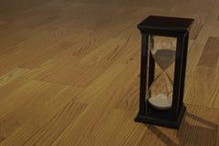 het 3D teruggeven van zandloper op houten Royalty-vrije Stock Foto