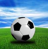 het 3D teruggeven, voetbalbal op blauwe achtergrond wordt geïsoleerd die royalty-vrije stock foto